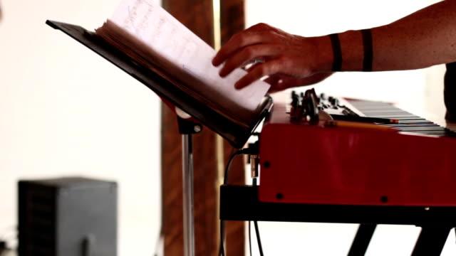 mani suona pianoforte elettrico - spartito video stock e b–roll