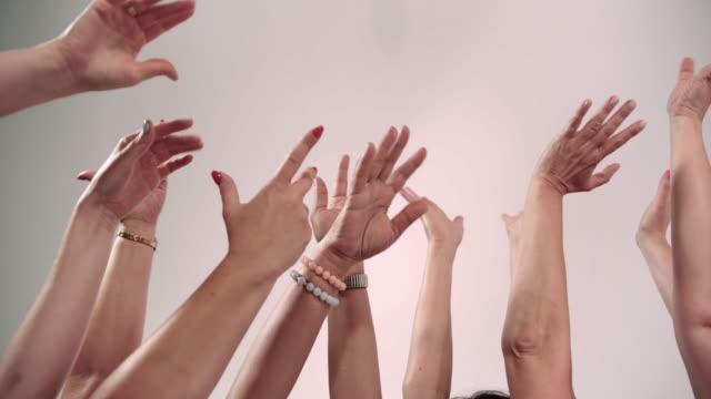 白い背景に手を上げる - 手を伸ばす点の映像素材/bロール