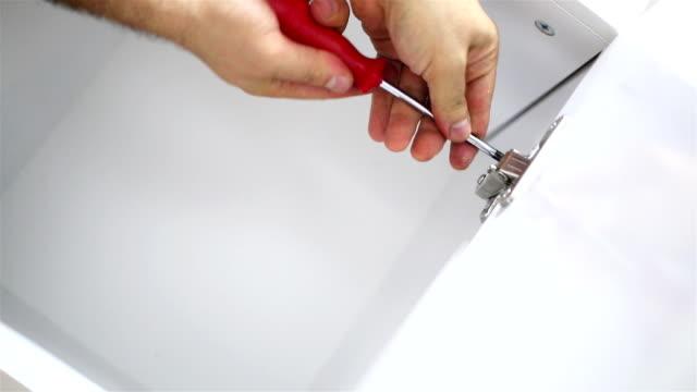 Hände reparieren weißem Holz-Einrichtung