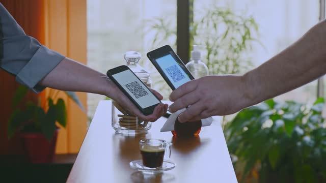 vídeos de stock, filmes e b-roll de mãos mostrando leitura dinâmica de qr do smartphone para pagamento de café - e commerce