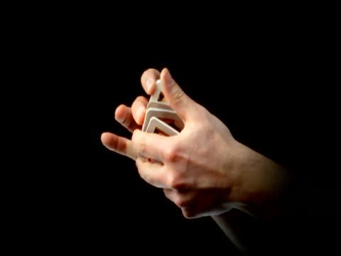hands shuffling and holding playing cards - 手品点の映像素材/bロール