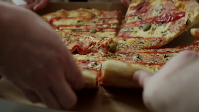 stockvideo's en b-roll-footage met handen pizza slices nemend of vak - reiken