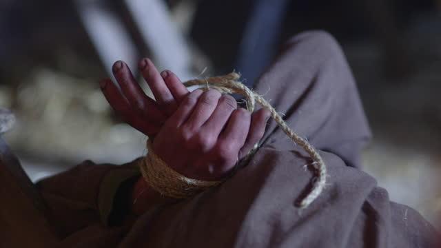 vídeos de stock, filmes e b-roll de hands tied behind back - medieval era reenactment - atado