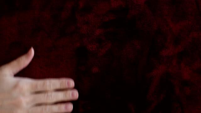手は赤いベルベットに触れる - ベルベット点の映像素材/bロール