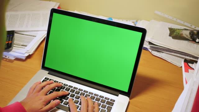 手で入力するには、ノートパソコン、緑色の画面 - 20代点の映像素材/bロール