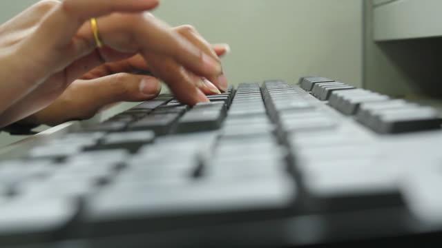 vídeos y material grabado en eventos de stock de manos escribiendo en un teclado de pc - dispositivo de entrada