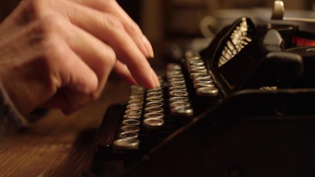 vídeos y material grabado en eventos de stock de ld manos escribiendo en la máquina de escribir - madera material