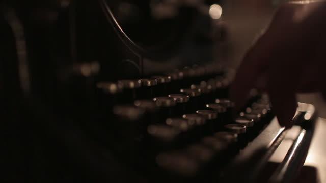 cu of hands typing on typewriter - skrivmaskin bildbanksvideor och videomaterial från bakom kulisserna