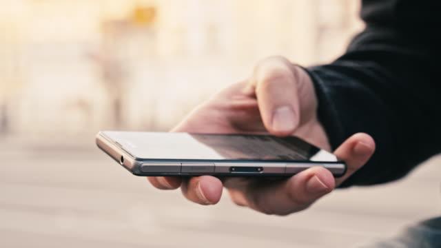 CU mani digitando SMS In città
