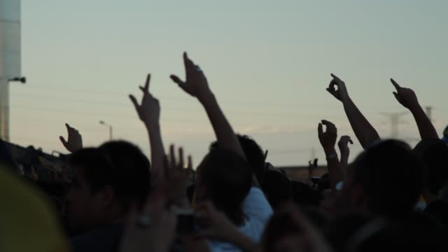 vidéos et rushes de hands up during macaco´s performance at rock in río. atmosphere - rock in rio day 1 on june 30, 2012 in arganda del rey, spain - rock moderne