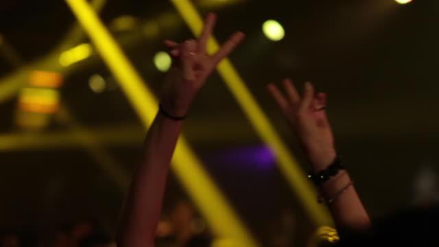 vídeos de stock e filmes b-roll de hands up with peace and love sign - dedo