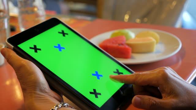 stockvideo's en b-roll-footage met handen met behulp van chroma key tablet swipe gebaren - publicatie