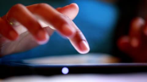mani utilizzando tablet computer digitale - touching video stock e b–roll