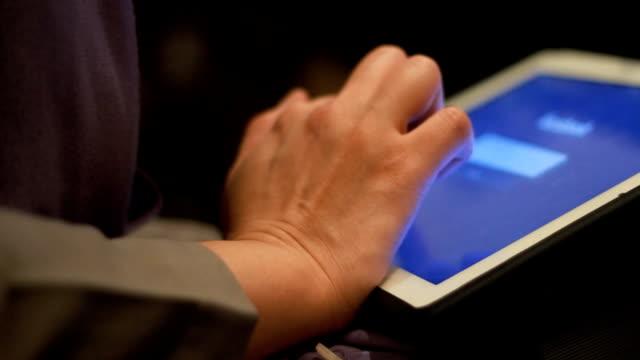 Mains à l'aide de tablette numérique ordinateur