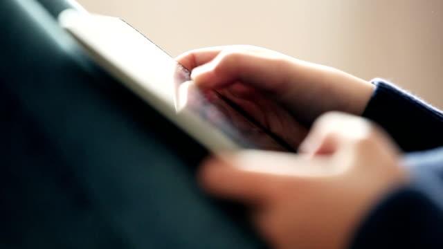 hände mit digitalen tablet-computer - menschlicher finger stock-videos und b-roll-filmmaterial