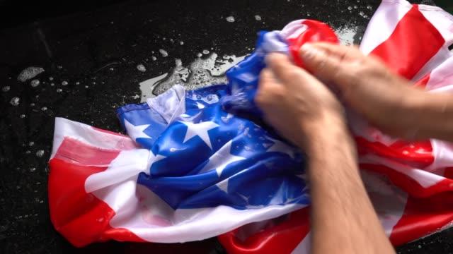 Hände waschen amerikanische Flagge - Änderung USA/Korruption Konzept