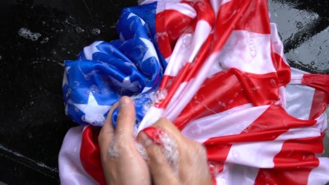 アメリカの国旗 - 変更アメリカ/破損の概念を洗う手 - 改革点の映像素材/bロール