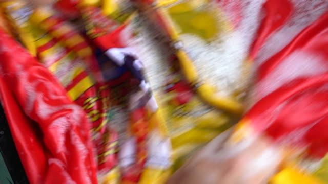 vídeos y material grabado en eventos de stock de bandera española - españa/corrupción de cambio concepto de lavado de manos - hacer la colada