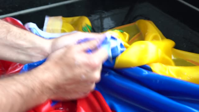 vídeos de stock, filmes e b-roll de bandeira venezuelana - mudança venezuela/corrupção conceito de lavagem de mãos - laundry detergent