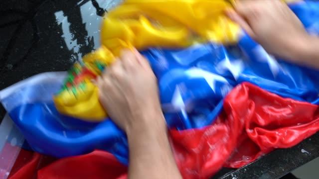 vídeos de stock, filmes e b-roll de bandeira venezuelana - mudança venezuela/corrupção conceito de lavagem de mãos - venezuela