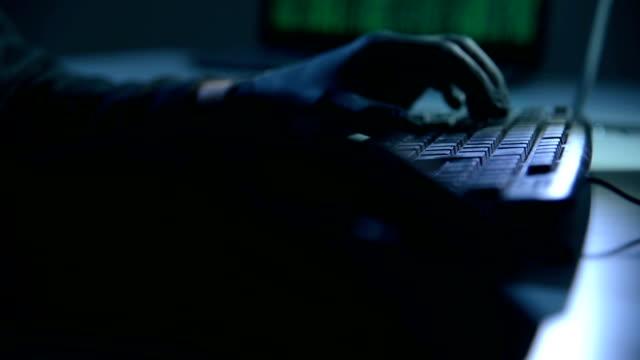 hände mit schwarzen handschuhen - stehlen verbrechen stock-videos und b-roll-filmmaterial