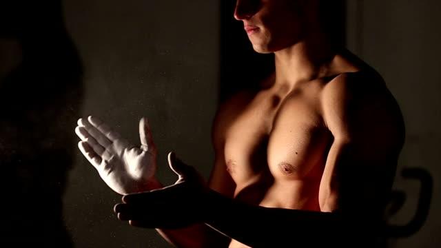 Hand mit Kreide-ab, Sport und Arbeit-Konzept