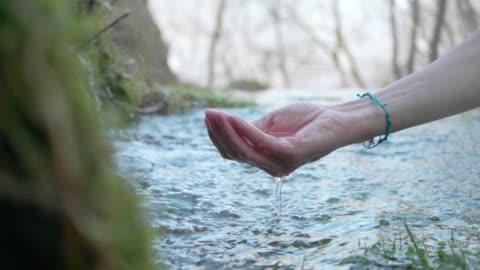 vídeos y material grabado en eventos de stock de manos con agua cristalina de la montaña - manos ahuecadas