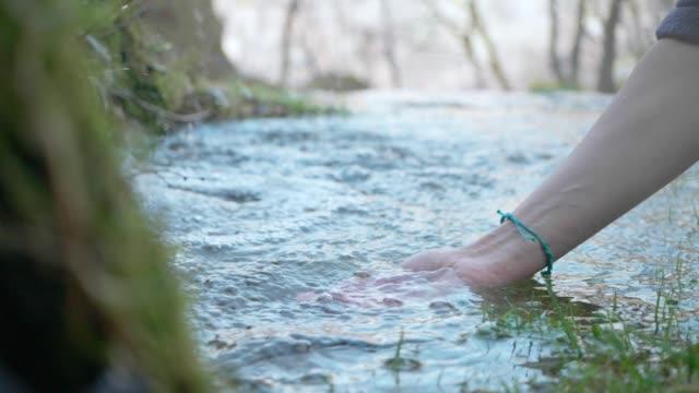 hände mit kristallklar bergwasser - spring flowing water stock-videos und b-roll-filmmaterial