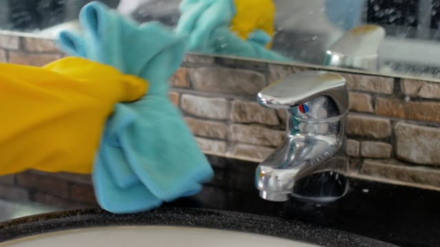 hände mit handschuhen und tuch reinigen im bad - hygiene stock-videos und b-roll-filmmaterial