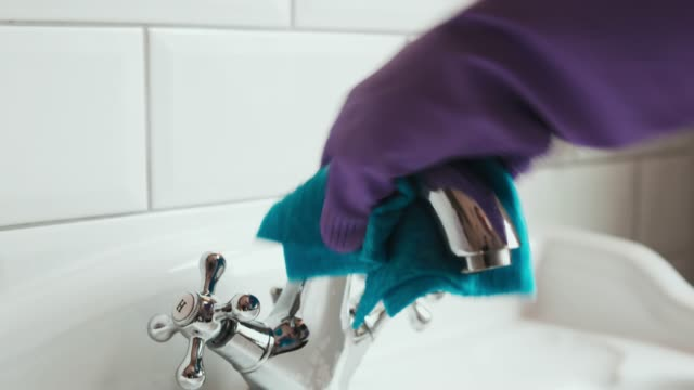 hands with gloves and rag cleaning sink. - hausarbeit stock-videos und b-roll-filmmaterial