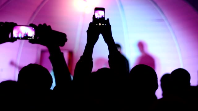 stockvideo's en b-roll-footage met hands with smartphones - event