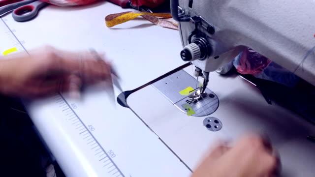 Hände Arbeiten einer Nähmaschine