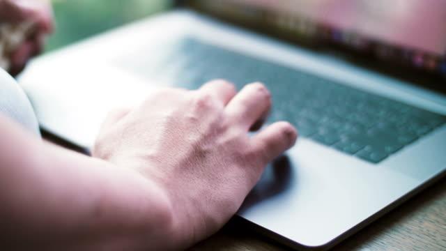 vídeos de stock, filmes e b-roll de mãos a trabalhar em um laptop - homem e máquina