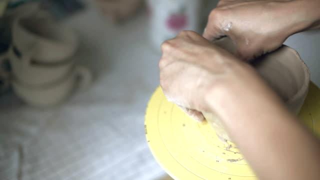 händer som arbetar med keramik hjul forma keramik - människofinger bildbanksvideor och videomaterial från bakom kulisserna