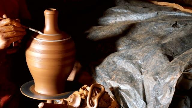 vídeos de stock e filmes b-roll de hands working on pottery wheel - cerâmica