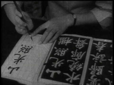 vídeos de stock, filmes e b-roll de 1932 cu hands writing characters in book with paintbrush and ink / china - escrita chinesa