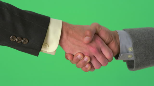 vidéos et rushes de handshake between two businessmen on greenscreen - tenue d'affaires formelle