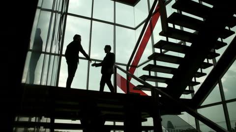 handshake geschäftsmann demonstrieren ihre vereinbarung unterzeichnen vereinbarung oder vertrag zwischen unternehmen / firmen / unternehmen. mit slow-motion-kamera aufgenommen. - abmachung stock-videos und b-roll-filmmaterial