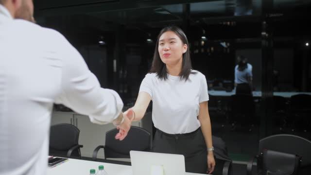 handshake - テーブル点の映像素材/bロール