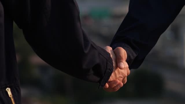 握手 - 強さ点の映像素材/bロール