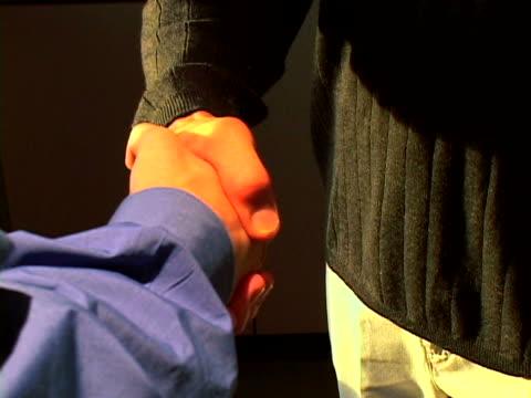 vídeos de stock, filmes e b-roll de handshake - braço humano