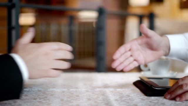 vídeos y material grabado en eventos de stock de hd: regulación de intercambio de acuerdo en the café - acuerdo