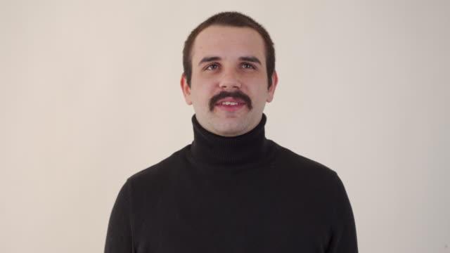 映画ロールのためのハンサムな俳優のオーディション - インタビュー点の映像素材/bロール
