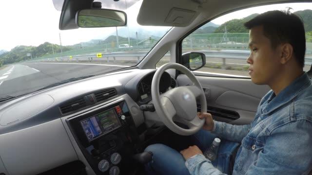 ハンサムなアジア人運転車 - 交通事故点の映像素材/bロール