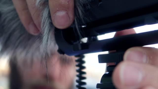 ハンサムなひげを生やした男は igtv - 在庫ビデオの動画ブログ マイクを準備します。 - マイク点の映像素材/bロール