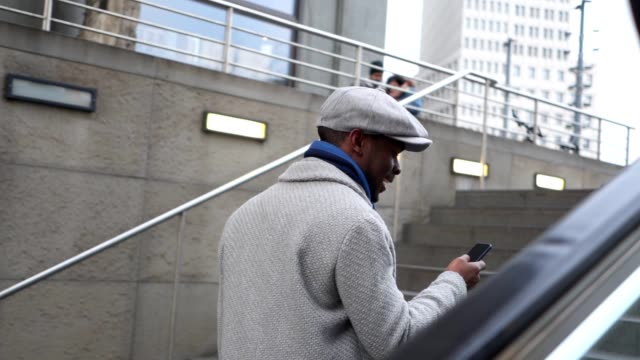 vídeos de stock, filmes e b-roll de empresário de bonito em um casaco de inverno deixando uma estação de metro - station