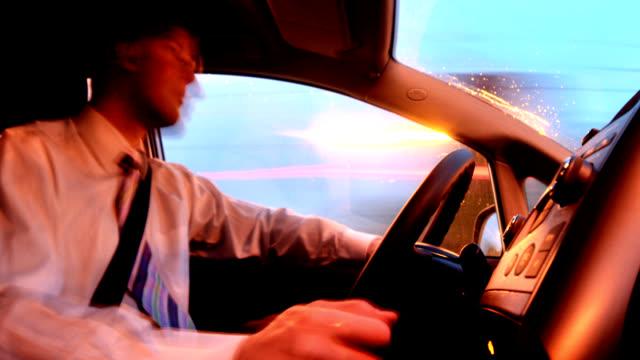 vidéos et rushes de bel homme d'affaires, conduire une voiture. - seulement des jeunes hommes