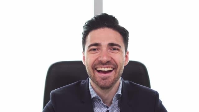 vídeos de stock e filmes b-roll de handsome businessman talking - congresso organizações