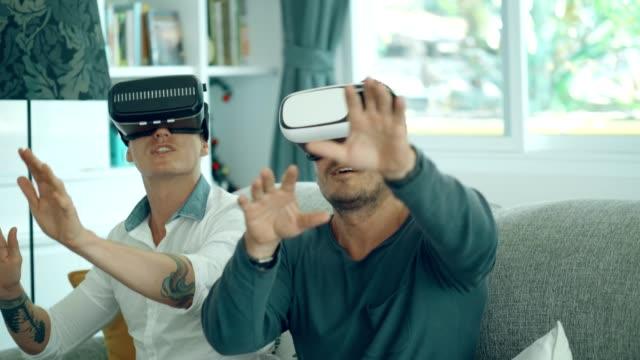 LGBT hübsches Ehepaar genießt das Spielen von Virtual-Reality-Simulator zur Entspannung