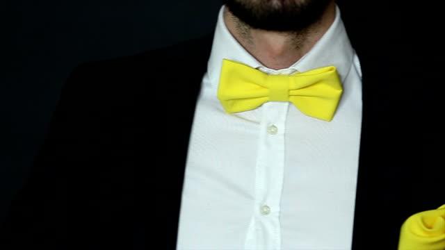 vídeos y material grabado en eventos de stock de atractivo hombre elegante con un traje pone - perilla